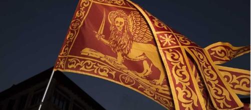 Bandiera veneta, prende spunto dalla bandiera della Repubblica di Venezia.