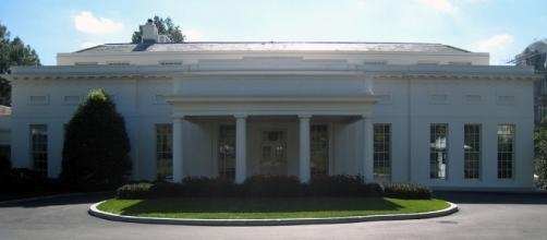 Entrance to the West Wing. / [By Josh Berglund via Wikimedia Commons, CC BY 2.0]