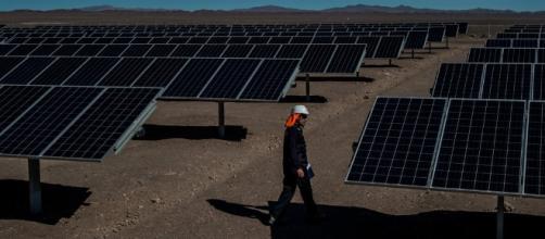 Sistemas fotovoltaicos concentrados en una granja solar.