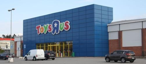 Toys 'R' Us store to remain open. [Image via AleWi/Wikimedia Commons]