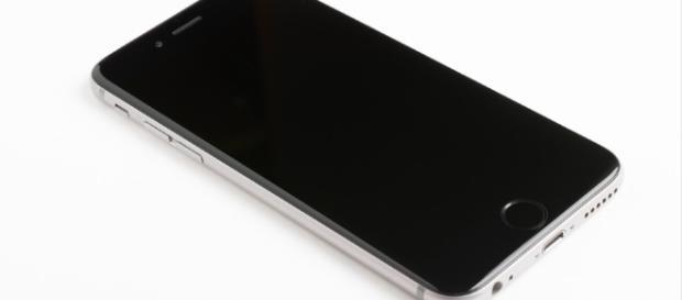 Black iPhone [Image via- cmart29 - pixabay]