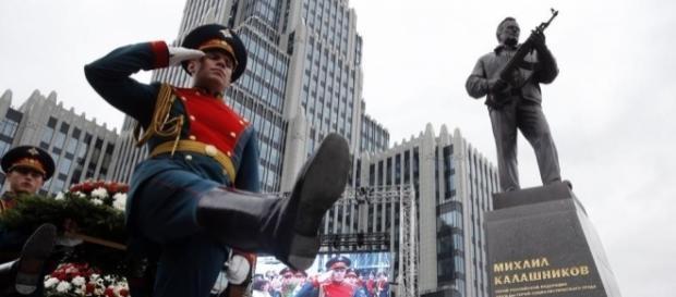 Estátua homenageando Mikhail Kalashnikov foi inaugurada esta semana