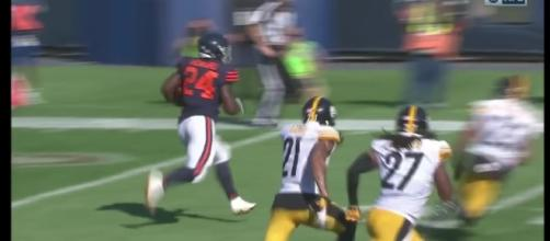 Chicago's Jordan Howard scores the game-winning TD on the ground in OT versus the Steelers. [Image via NFL/YouTube]