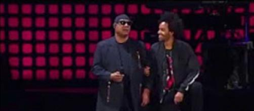 Stevie Wonder makes powerful statement from his knees at 2017 Global Citizen Festival. Screencap Mitchell Wiggs/YouTube