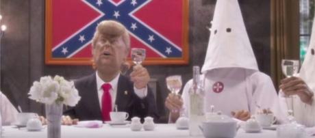 """Sketch de Les Guignols de l'Info con Donald Trump y el Ku Klux Klan en el concurso """"Miss Inmigrante"""","""