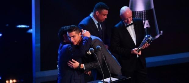 Diego le entregó el premio a Cristiano. - com.ar