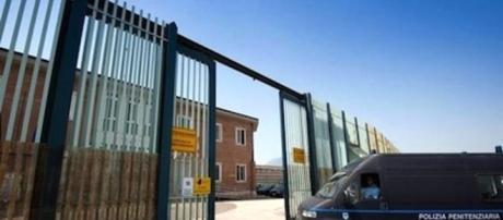 Dopo essere stato portato in cella di sicurezza, un senegalese si è suicidato senza che nessuno cercasse di fermarlo