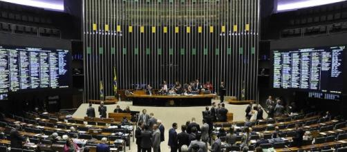 Câmara começa leitura de denúncia ao presidente Temer