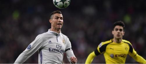 Cristiano Ronaldo devant Marc Bartra (décembre 2016) | AFP