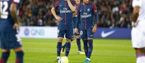 Neymar et Edinson Cavani après s'être disputés pour tirer le penalty contre Lyon