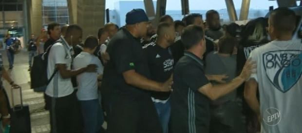 Cerca de 30 torcedores foram protestar contra a má fase do time.