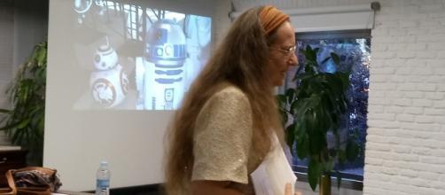 La escritora Claudia Black (Pseudónimo de María Ángeles Aparicio Bello) en pleno debate.