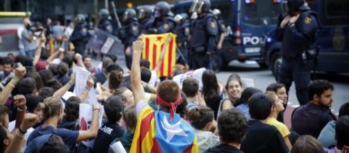 Manifestantes independentistas protestan contra la policia en Barcelona