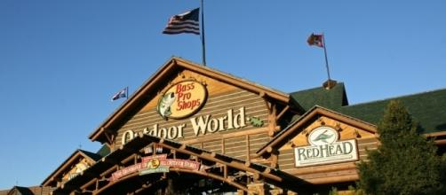 Outdoor world springfield [Image by BlueGold73|Wikimedia Commons| Cropped | CC0 1.0 Universal Public Domain Dedication. ]