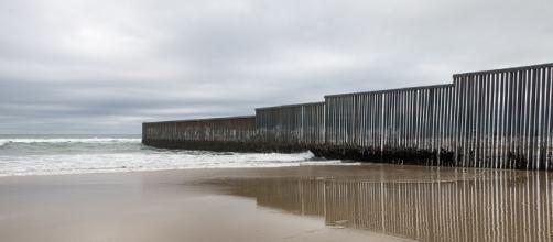 United States-Mexico border wall - [Image by ©Tomas Castelazo, www.tomascastelazo.com / Wikimedia Commons (CC BY-SA 4.0)]