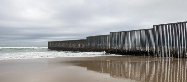 United States-Mexico border wall - [Image by ©Tomas Castelazo, www.tomascastelazo.com / Wikimedia Commons (CC BY-SA 4.0)]