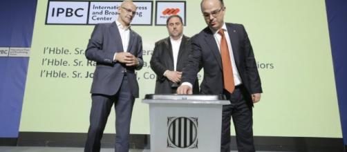 Carles Ribas, Oriol Junqueras y Raül Romeva presentando las urnas del 1 de octubre