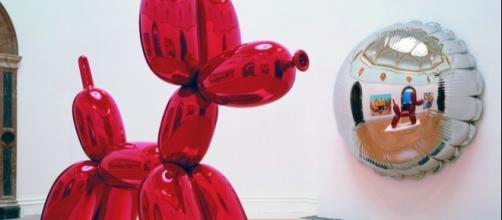 Globo Gigante de Koons expuesto en un museo
