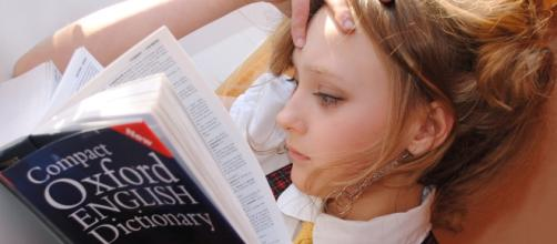 Niña estudiando inglés cansada