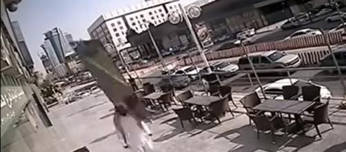 Pedestre escapa da morte por conta de uma porta de vídeo por centímetros