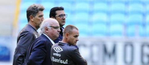Presidente do Grêmio acompanhando o treino com Renato (Foto: Lauro Alves / RBS)