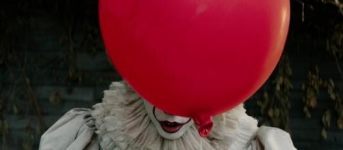 Tim Curry se voit voler la vedette par le jeune Bill Skarsgård dans la nouvelle adapation du roman de Stephen King, par Andrés Muschietti