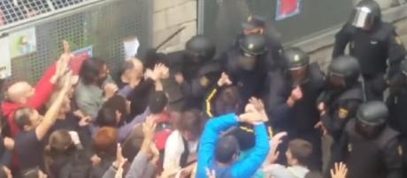 Catalan referendum: hundreds injured as police attack protesters - Image - Guardian Wires | YouTube