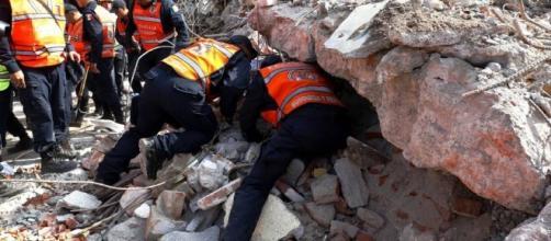 El terremoto acaba con la vida de su hija y alguien les arrebata sus ahorros