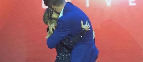 Em evento da Globosat, Rodrigo e Tatá se beijam