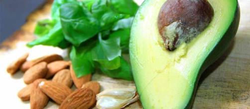 Mandorle, avocado, ma non solo: ecco gli alimenti ricchi di arginina e lisina che bloccano la fame - foto:ricettecrudiste