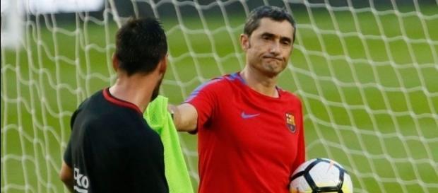 Leo Messi y Ernesto Valverde durante uno de los entrenamientos del Barça