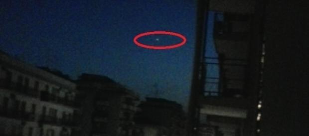 Una delle numerose fotografie che ritraggono l'oggetto misterioso