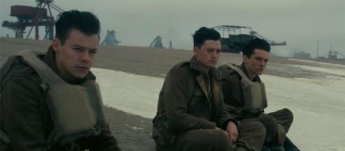 Alex, Gibson e Tommy, tre dei protagonisti del film sulla spiaggia di 'Dunkirk'.
