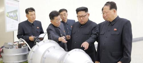 Kim Jong Un in visita ad un centro di ricerca nucleare davanti a quella che potrebbe essere una bomba H (foto KCNA)