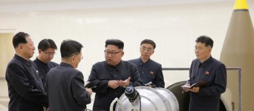 Kim Jong Un ispeziona quella che dovrebbe essere una bomba termonucleare all'Istituto di Armi Nucleari (foto KCNA)