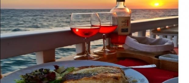 Moussaka grega acompanhada de vinho Rose em Mykonos