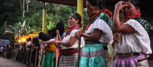 Con palos, machetes y lo que pueden indígenas del ejido Bachajón, hacen frente al despojo de sus tierras, hubo ejecutados por sicarios armados