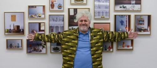 El cineasta Pedro Almodóvar ante las fotos de la exposición hechas por él mismo.