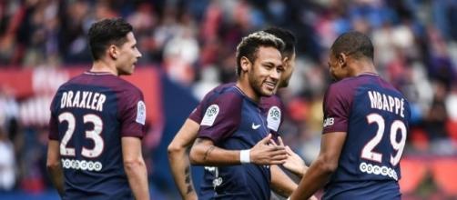 Foot PSG - PSG : Penalty pour le PSG, Neymar le tire...et le ... - foot01.com