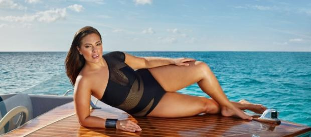 Ashley Graham durante la campagna per la sua linea di costumi.