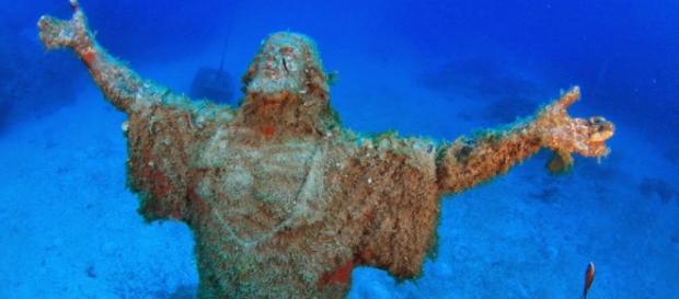 Cristo do Abismo é uma estátua de bronze de Jesus