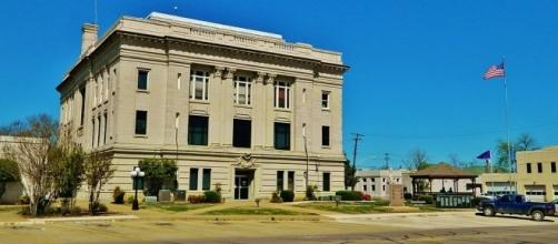 Courthouse in Bryan Co. Oklahoma https://upload.wikimedia.org/wikipedia/commons/thumb/9/93/Bryan_co_ch.JPG/1024px-Bryan_co_ch.JPG