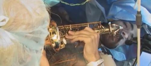 foto del instante en el que interpreta la melodia mientras es operado