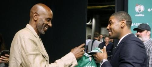 Kyrie Irving con su padre en la conferencia de prensa.
