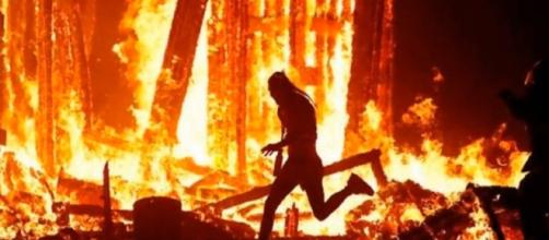 Man dies after running into fire at burning man festival [Image via YouTube: Breaking News]