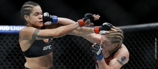 Amanda retuvo el título gallo en una decisión apretada. MMA Fighting.com.