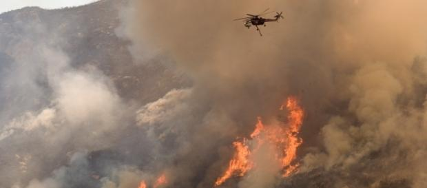 Helicopters drop water and fire retardant chemicals in a California Wildfire.(IMage by FEMA Phoyo Library/Wikimedia Commons)