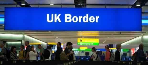 Punct de control într-un aeroport din Marea Britanie