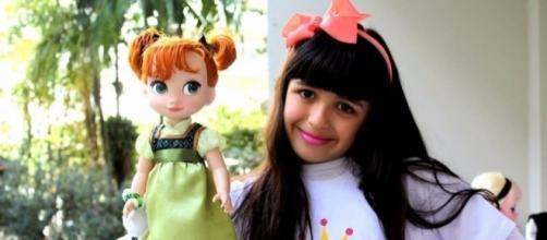 Anna e sua xará, boneca de Frozen