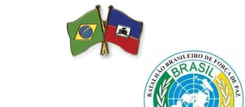 Bandeiras do Brasil e Haiti. Símbolo da Minustah usado na ONU